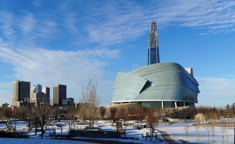 Im Stadtzentrum gelegenes Stadtbild Winnipegs Winteransicht über kanadisches Museum für die Menschenrechte, die von den Gabeln ge stockfotografie