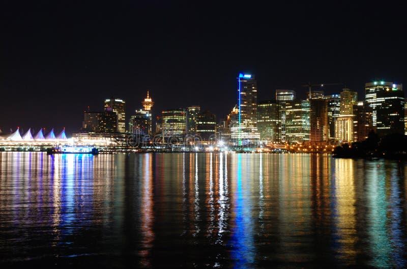 Im Stadtzentrum gelegenes Vancouver nachts lizenzfreie stockfotografie