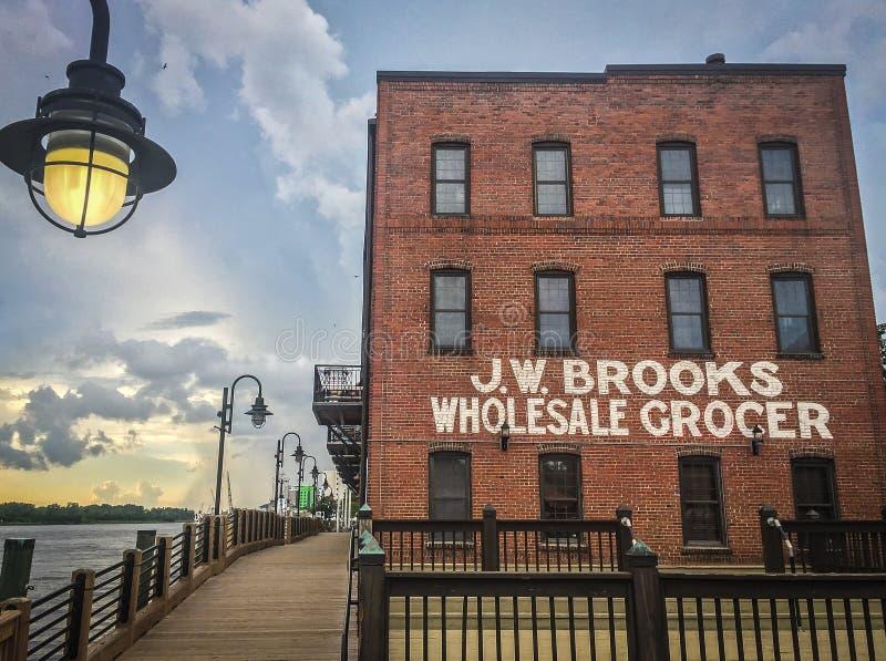 Im Stadtzentrum gelegenes Wilmington, NC, Riverwalk lizenzfreies stockbild