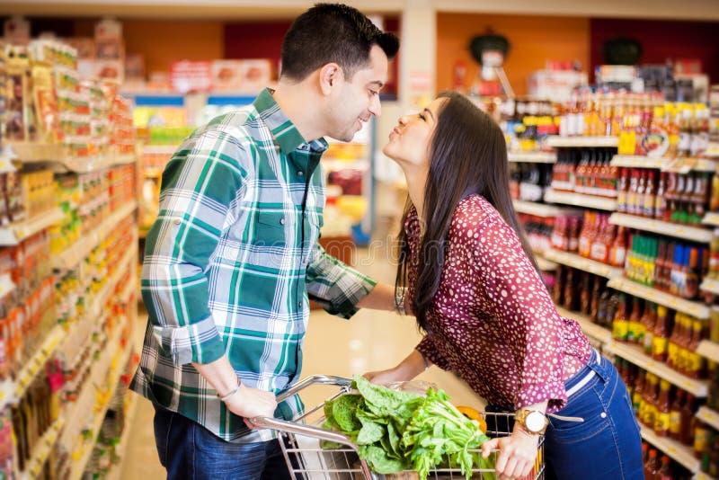 Im Supermarkt küssen stockbild