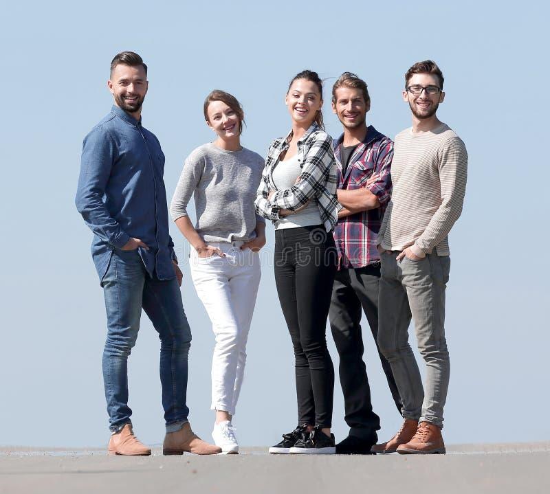 Im vollen Wachstum ein Team von kreativen jungen Leuten lizenzfreie stockbilder
