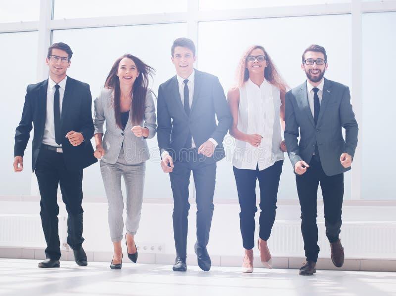 Im vollen Wachstum eine Gruppe Geschäftsleute, die zusammen gehen lizenzfreie stockfotos