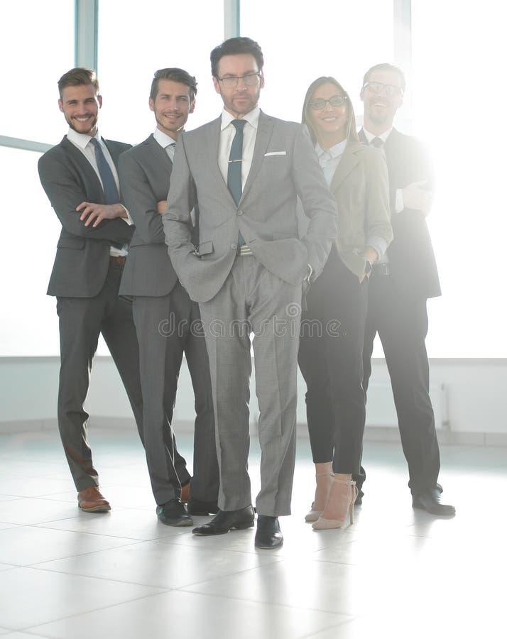 Im vollen Wachstum glückliche Gruppe Geschäftsleute stockfotografie