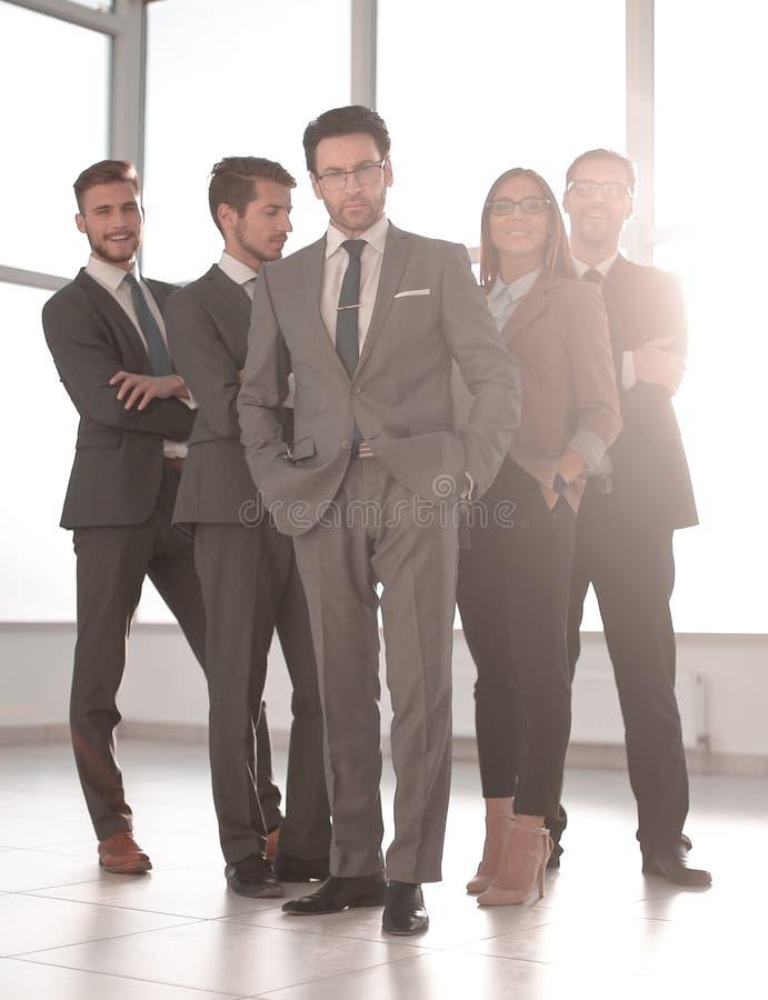 Im vollen Wachstum glückliche Gruppe Geschäftsleute lizenzfreies stockfoto