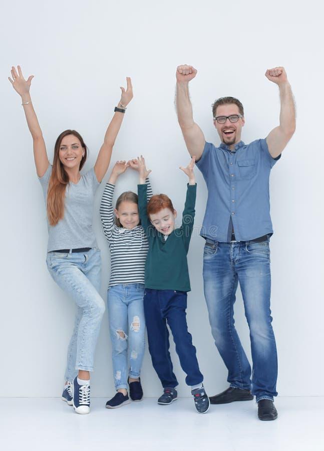 Im vollen Wachstum sehr glückliche Familie mit zwei Kindern stockfotografie