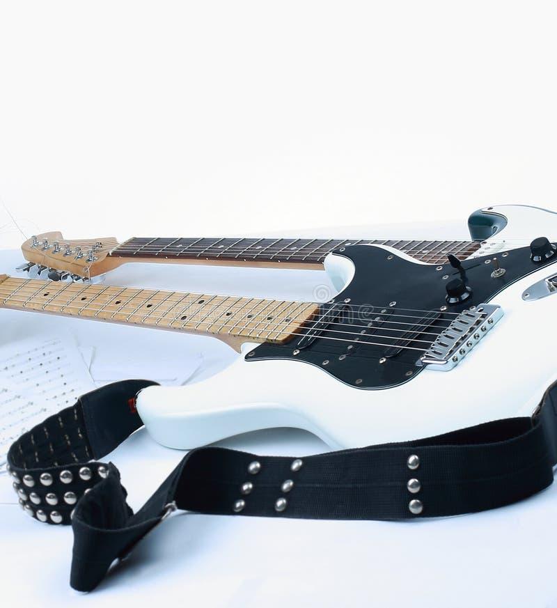 Im Vordergrund das fretboard einer Akustikgitarre isolat lizenzfreies stockbild