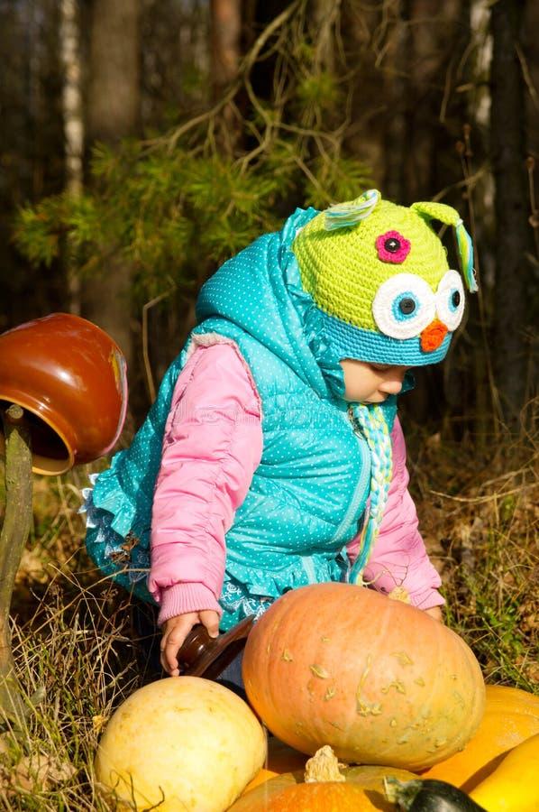 Im Wald ein kleines Kind mit Kürbisen stockfotos