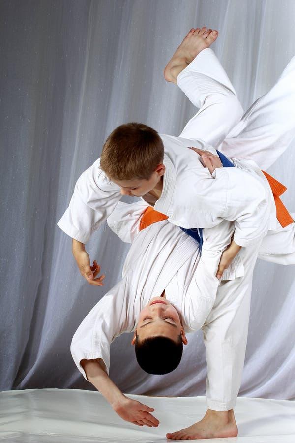 Im weißen judogi bilden zwei Athleten Würfe aus stockfoto