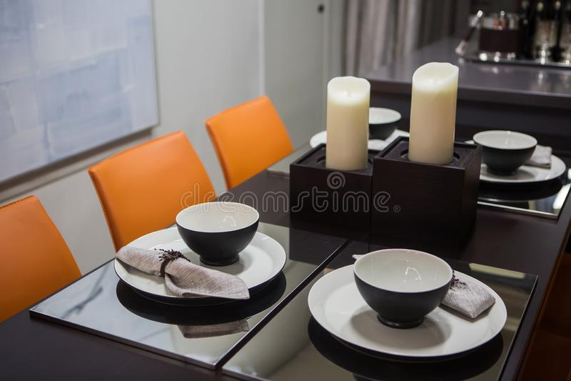 Im Wohnzimmer dienen, stilvolle schwarze Waren in Schwarzweiss stockfoto