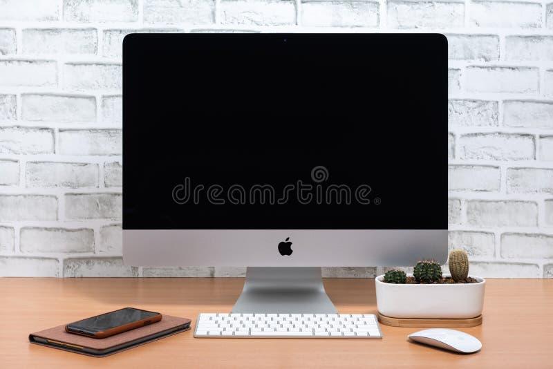 iMac υπολογιστής, iPad μίνι, iPhone Χ και ρολόι της Apple στοκ εικόνα με δικαίωμα ελεύθερης χρήσης