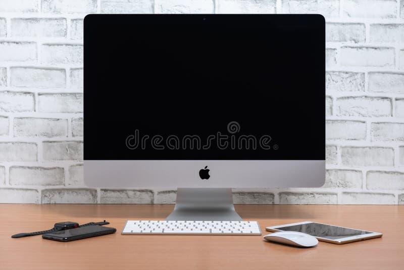 IMac komputer, iPad mini, iPhone X i Jabłczany zegarek na drewnianym stole, fotografia royalty free