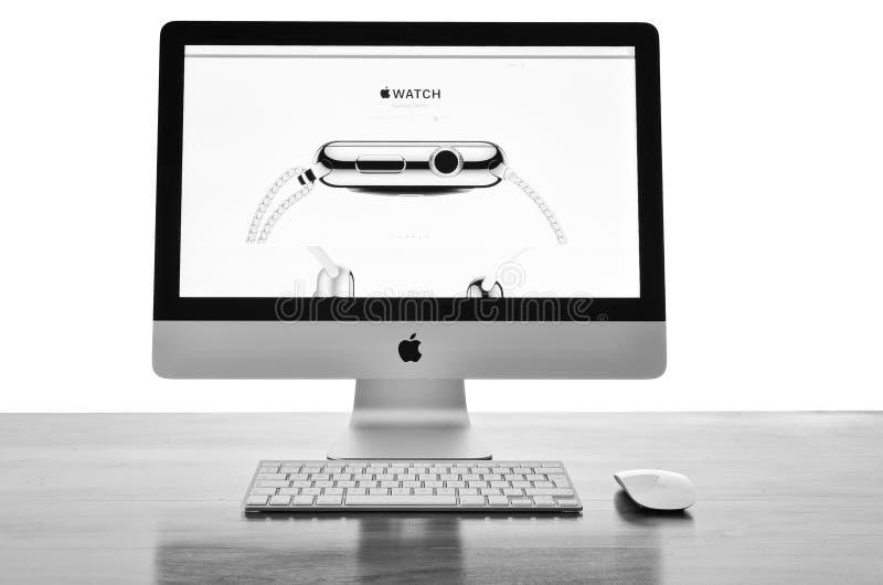 IMac med ny iWatch på skärm royaltyfri fotografi