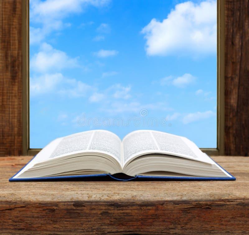 Imagínese el cielo de la ventana abierta de la página del libro del concepto imagen de archivo libre de regalías