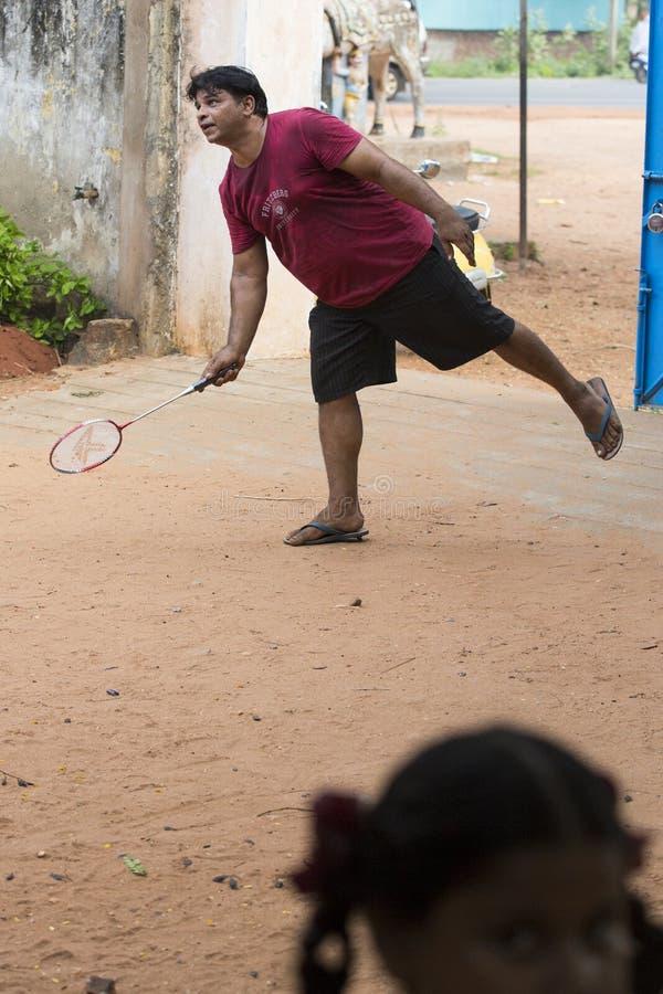 Image éditoriale documentaire Fille active et garçon préscolaires indiens jouant le badminton dans la cour extérieure en été Spor photo libre de droits