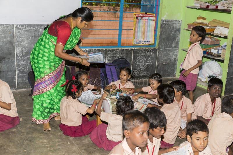 Image éditoriale documentaire Les écoliers non identifiés étudient dans la salle de classe à l'école d'Etat de gouvernement image stock