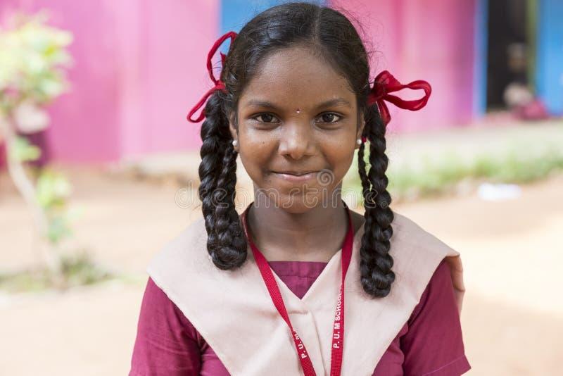 Image éditoriale documentaire Les enfants heureux avec des uniformes scolaires jouent dans l'école photo libre de droits