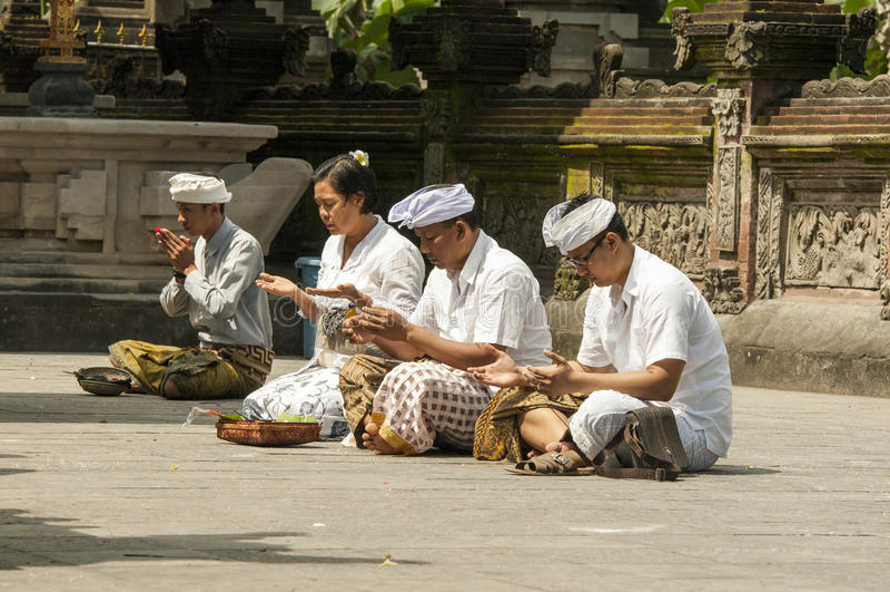 Image éditoriale documentaire Les gens priant dans le temple, bouddhisme d'hindouisme de religion, Bali l'indonésie photo stock