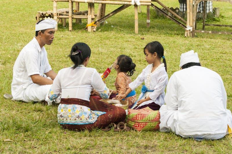 Image éditoriale illustrative famille appréciant un pique-nique en parc extérieur - Bali, Indonésie image libre de droits