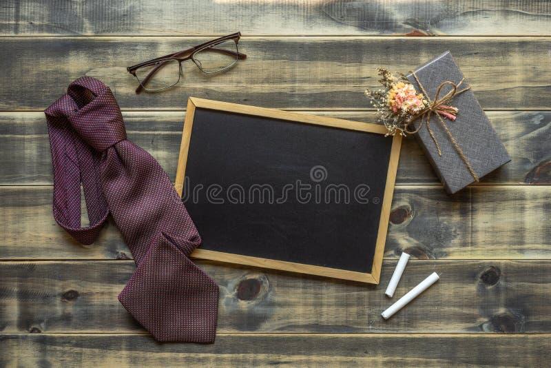 Image étendue plate de boîte-cadeau, de cravate, de verres et de tableau d'espace vide Le jour de père, concept du jour de Saint- photo stock