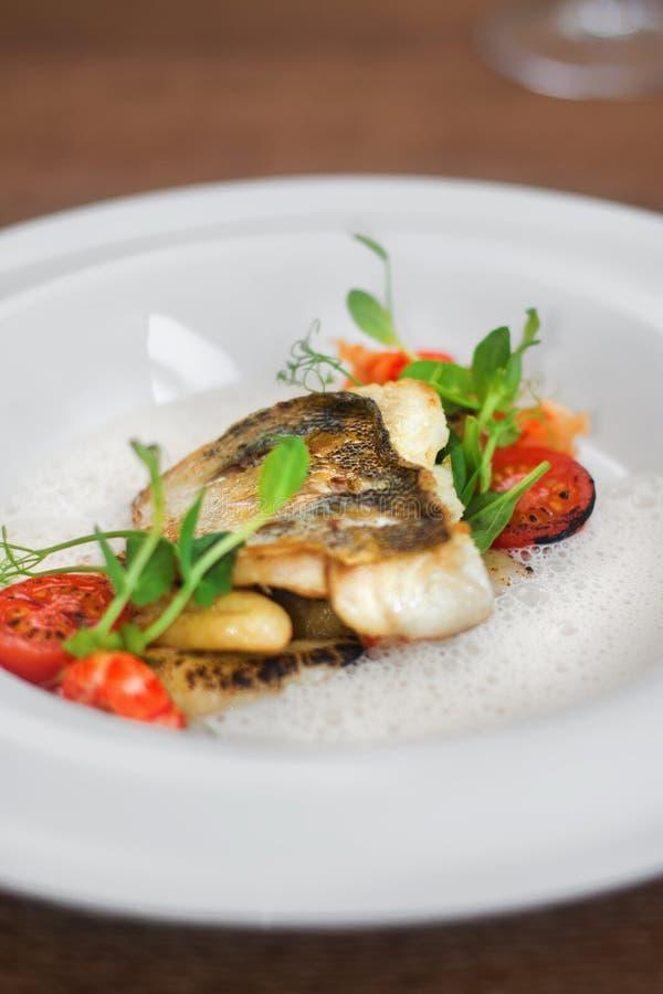 Image étroite des poissons sur le plat avec des crevettes dans le restaurant photo libre de droits