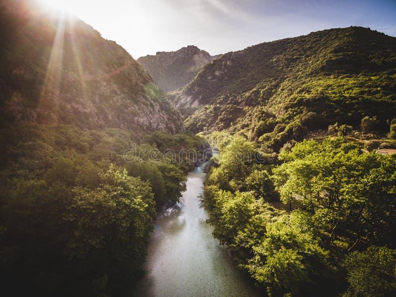 Image aérienne de bourdon d'une coupe de rivière par une forêt en Grèce images libres de droits