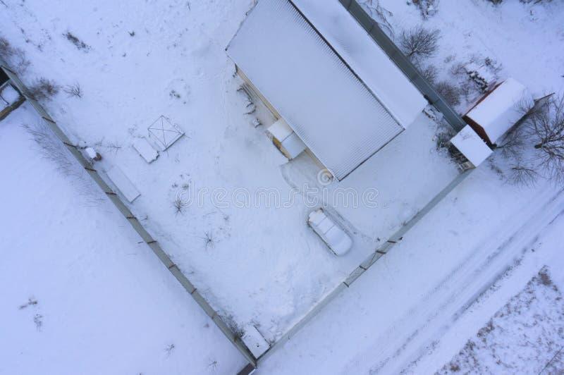 Image aérienne de bourdon du toit d'une maison suburbaine pendant l'hiver image stock