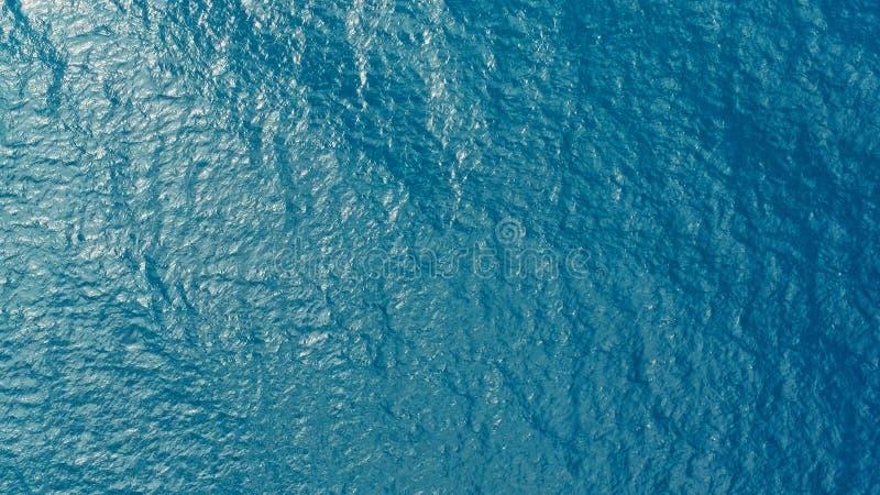 Image aérienne de bourdon de l'eau claire bleue profonde d'océan de mer avec le petit roulement de vagues photo libre de droits