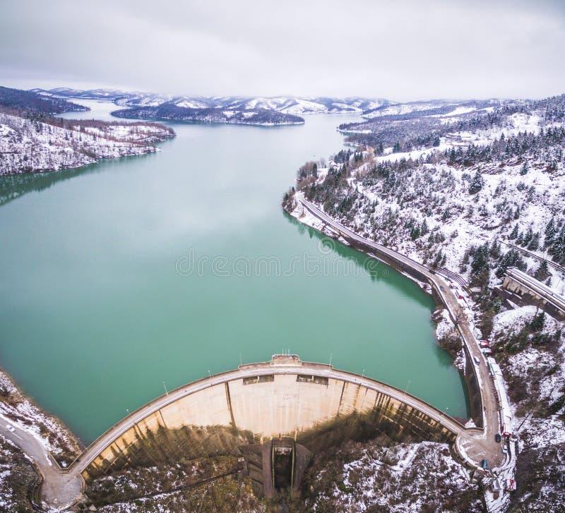 Image aérienne de bourdon de lac et de barrage Plastiras photographie stock