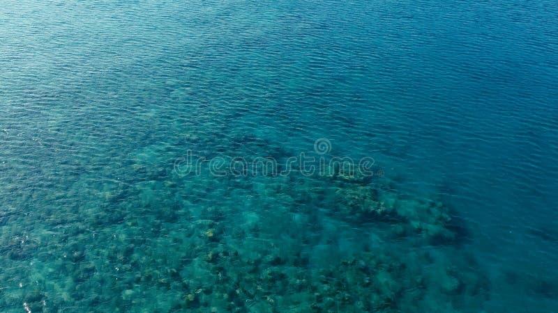 Image aérienne de bourdon de stupéfaction d'un petit bateau de pêche écrivant un ancrage d'océan de mer d'a dans un canal à côté  photographie stock