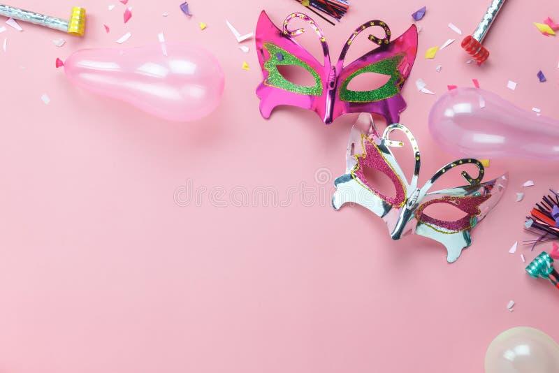 Image aérienne de configuration plate de beau masque argenté pourpre de carnaval photos stock