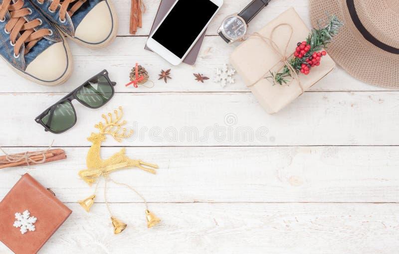 Image aérienne de vue supérieure de Tableau des accessoires à voyager concept de fond en de Joyeux Noël et de bonne année voyage photographie stock