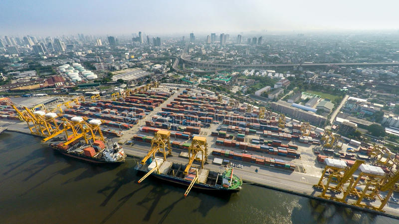 Image aérienne des cargos au port maritime avec la vue de ville photographie stock libre de droits
