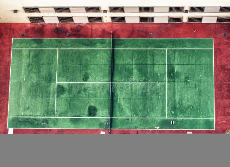 Image aérienne des WI durs verts et rouges extérieurs vides de court de tennis images libres de droits