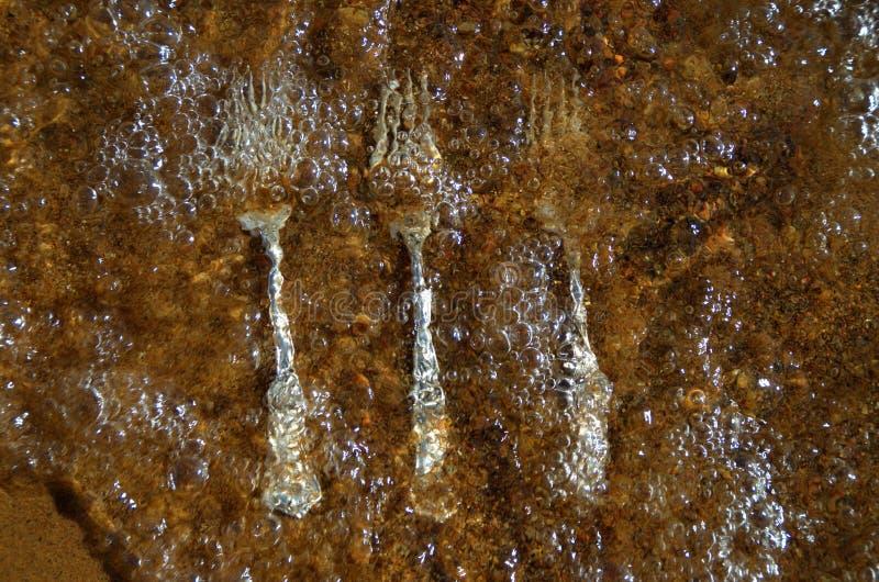 Image abstraite avec les fourchettes propres et brillantes de cru dans l'eau claire images stock