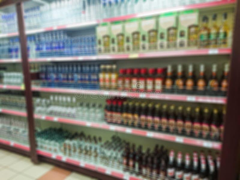 Image abstraite brouillée Marchandises sur l'étagère d'une épicerie Vodka, teintures et d'autres boissons alcoolisées photos stock