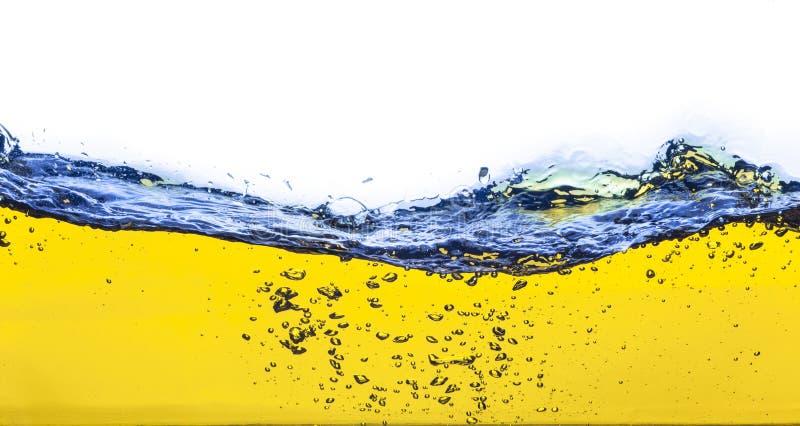 Image abstraite d'un liquide jaune renversé images stock