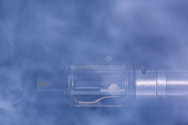Image abstraite d'une cigarette électronique dans la fumée Copiez l'espace Le concept des dangers du tabagisme, une alternative à images libres de droits