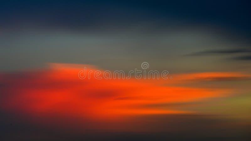 Image abstraite de beau coucher du soleil avec le mouvement brouillé image stock