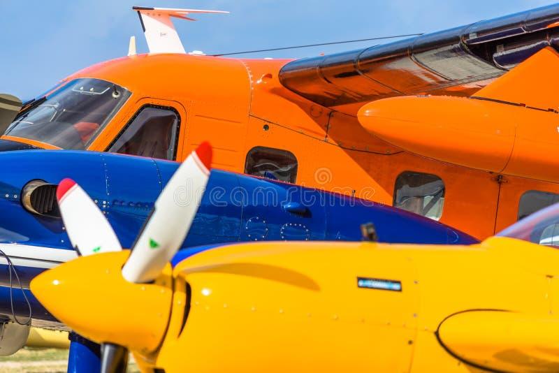 Image abstraite de plusieurs petits avions historiques, coupe et représentée derrière l'avion autre, jaune, bleu et orange photos stock