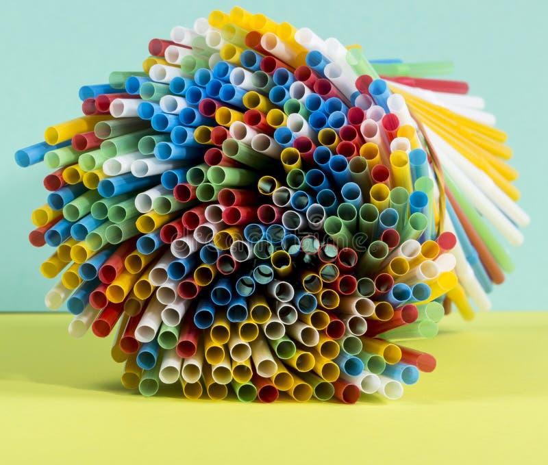 Image abstraite des tubes en plastique colorés en gros plan photo stock