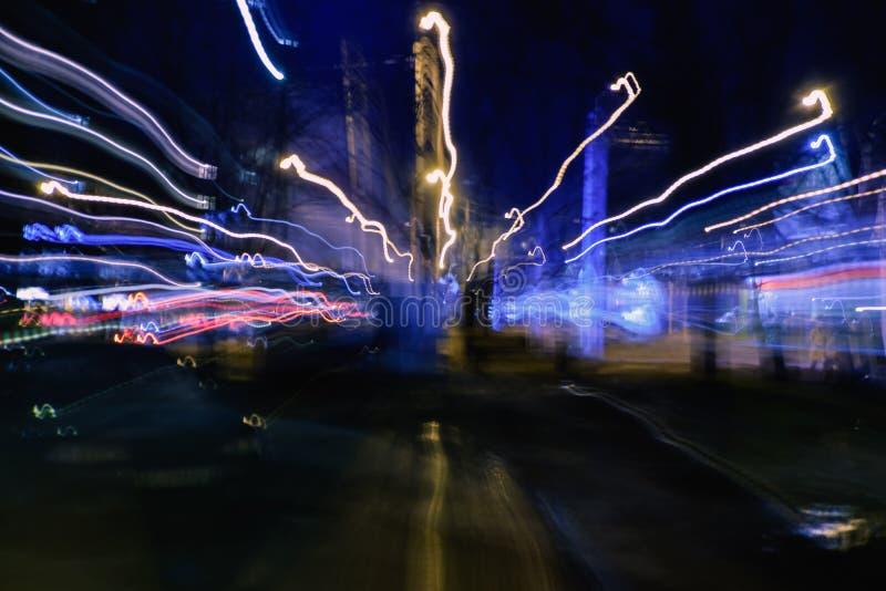 Image abstraite du mouvement de tache floue des voitures la nuit de route urbaine photographie stock