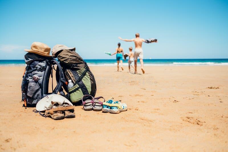 Image active de concept de vacances Famille de voyageurs de randonneur heureuse images stock