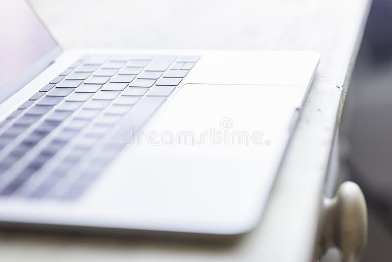 Image brouillée d'ordinateur portable placée sur la table en bois images libres de droits