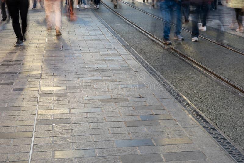 Image brouillée de la marche de personnes de l'homme photographie stock