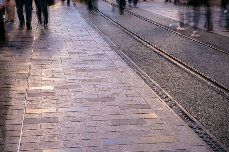 Image brouillée de la marche de personnes de l'homme photo stock