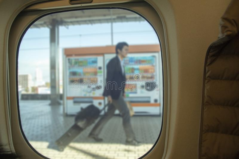 Image brouillée de sac de déplacement de bagage de valise d'homme d'affaires, promenade photos libres de droits