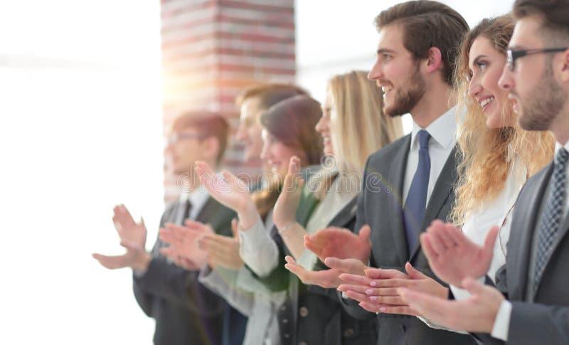 Image brouillée des applaudissements d'équipe d'affaires images libres de droits