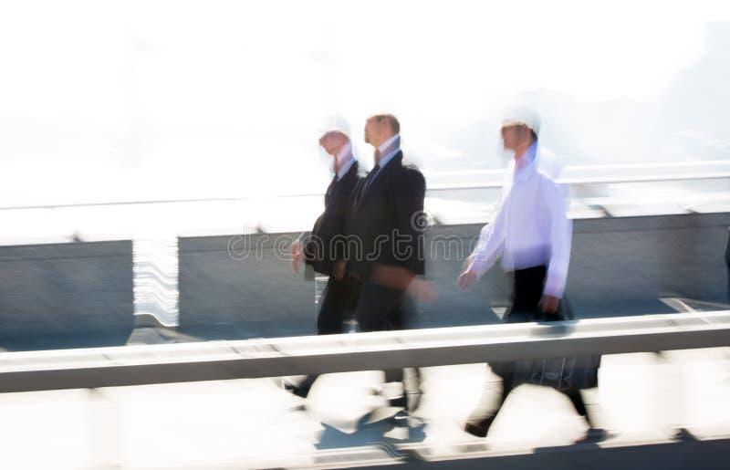 Image brouillée des employés de bureau croisant le pont de Londres dans le début de la matinée sur le chemin à la ville de Londre photos stock