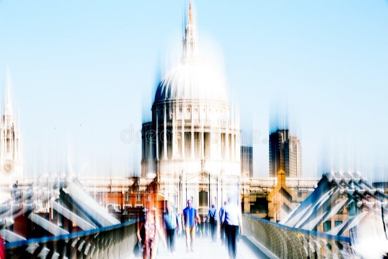 Image brouillée des employés de bureau croisant le pont de millénaire dans le début de la matinée sur le chemin à la ville de Lon photo stock