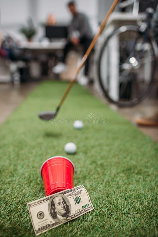 image brouillée des personnes jouant dans le mini golf photographie stock libre de droits